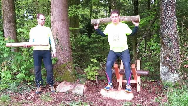 Jan Flückiger und Martin Rohn zeigen die verschiedenen Übungen vor