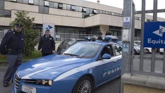 Polizisten bewachen das Equitalia-Gebäude in Rom