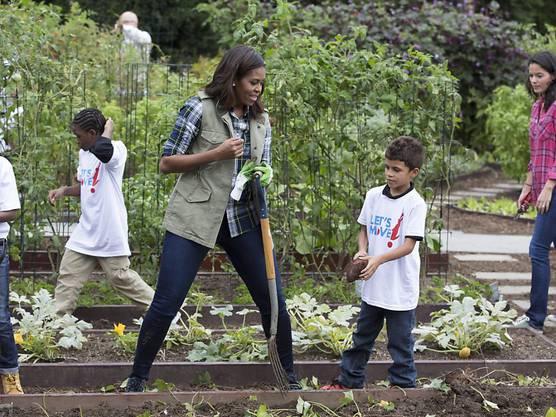 Michelle Obama bei der letzten Ernte im Garten des Weissen Haus: Der Garten war Teil ihrer Initiative für eine gesunde Ernährung.