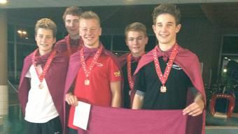 Die Bronzegewinner der Nachwuchs-Vereinsmeisterschaften strahlen um die Wette.