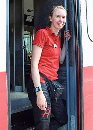 Zugbegleiterin Sofia Wrangel informiert, wenn der Zug für eine Fotopause stoppt, und leitet die Essenswünsche der Fahrgäste weiter.