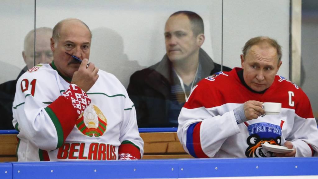 Lukaschenko und Putin spielen schon mal gerne Eishockey zusammen - wie bei einem Treffen im Februar 2020 in Sotschi