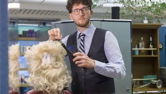 Coiffeurmeister Jens Engelhardtpräpariert die Bärte, Schnäuze und Perücken der Wädenswiler Chläuse in seinem Salon. Michael Trost