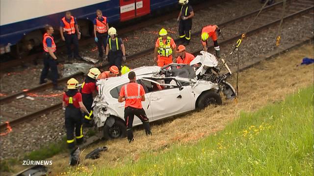 19-Jährige stürzt mit Auto auf Bahngleis