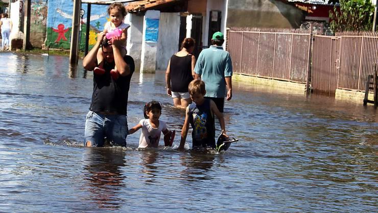 Infolge von Hochwasser sind in Paraguay tausende Menschen obdachlos geworden.