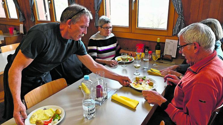 Es ist angerichtet: Die Wandergruppe aus Gretzenbach erhält ihre Portionen von Raclette-Chefkoch Peter Arnet persönlich serviert.