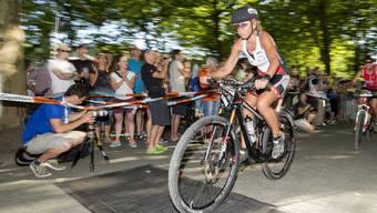 Elsbeth Winkler nach dem Start auf der Velostrecke beim Gigathlon in Aarau am Freitag, 10. Juli 2015.