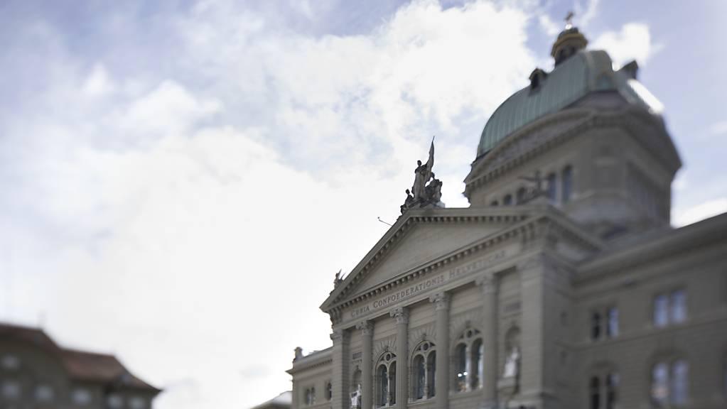 Das bisher leere Giebeldreieck an der Nordfassade des Bundeshauses soll künftig mit zeitgenössischer Kunst ausgestaltet werden. Im kommenden Jahr wird ein Architekturwettbewerb dazu lanciert. (Archivbild)