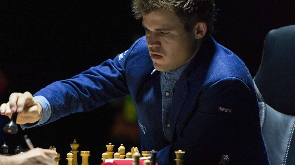 Titelverteidiger Magnus Carlsen (rechts) aus Norwegen wird vom russischen Herausforderer Sergei Karjakin weiter stark gefordert
