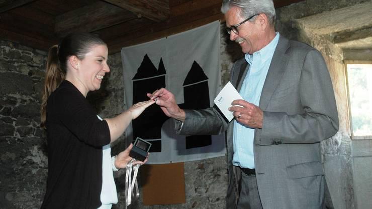 Juwelier Georges Boutellier steckt Marisa Krieg den ersten Brugg-Ring an den Finger
