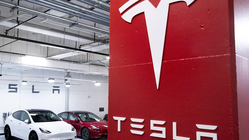 Tesla-Chef Elon Musk löst sein Versprechen ein: Ab sofort können Kunden in den USA das Elektroauto mit der Kryptowährung Bitcoin bezahlen. (Archivbild)