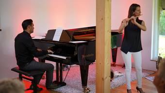 Fabian Bloch (am Flügel) und Muriel Zeiter (Querflöte) musizieren neu auch in Wohnräumen.
