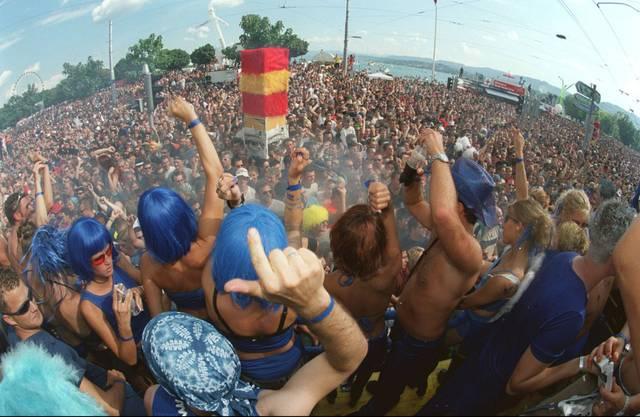 2001 zieht die Street Parade 1 Million Besucher an.