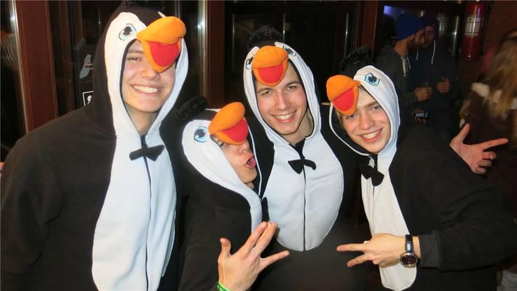 Als Pinguine verkleidet hatten diese vier Fasnachts-Fans viel Spass.