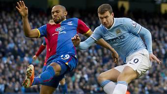 Edin Dzeko (hier gegen Gabbidon) schiesst Man City an die Spitze.