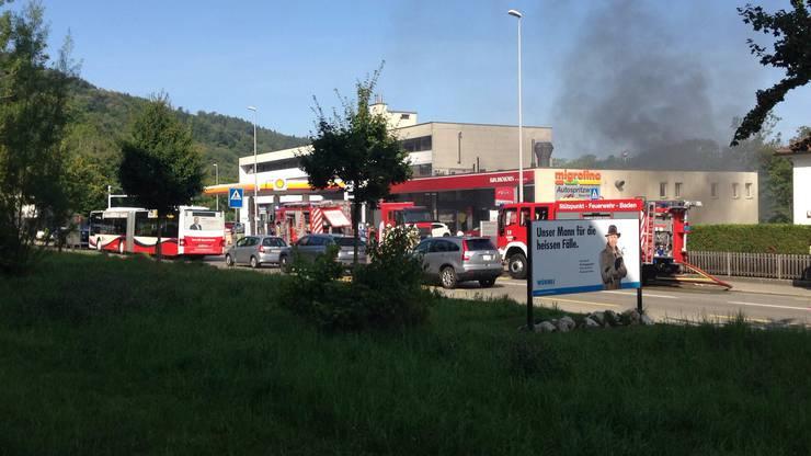 In einem Spritzwerk bei der Shell-Tankstelle Baden war ein Brand ausgebrochen.
