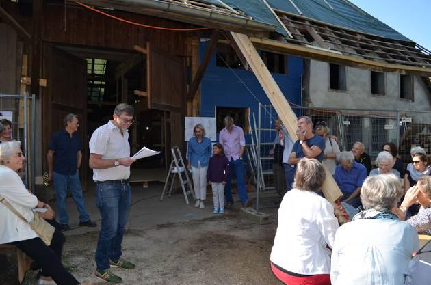 Beat Peterhans, Präsident des Vereins pro Dahlihaus, informiert die Gäste.