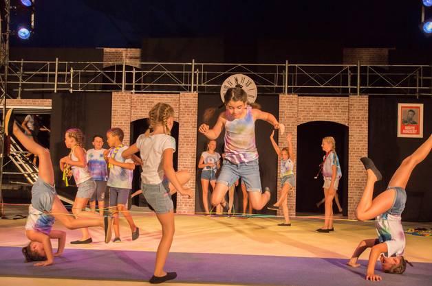 Impressionen von der Premiere des Cirque Jeunesse ARABAS: Gummitwist.