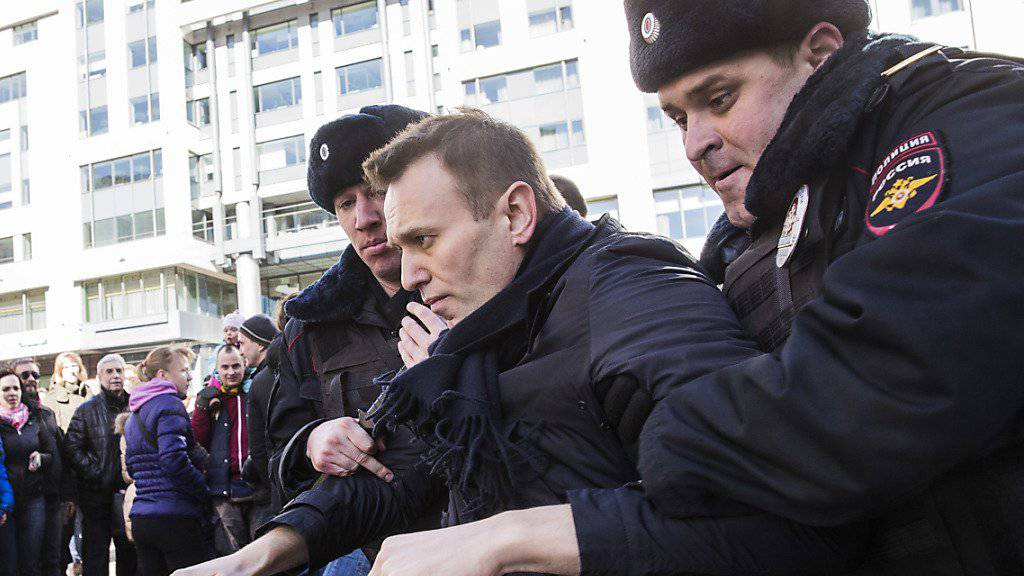 Alexej Nawalny wird in Moskau von der Polizei abgeführt.