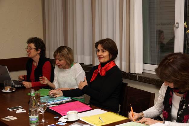 Präsidentin Pia Siegrist (mit rotem Foulard) führte gewohnt speditiv durch die Versammlung.