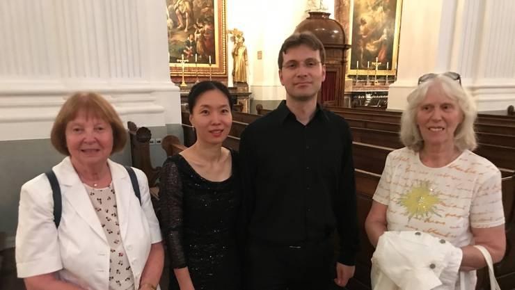 Jung-Min Lee und Benjamin Guélat nach dem Konzert umrahmt von zwei Gratulantinnen.