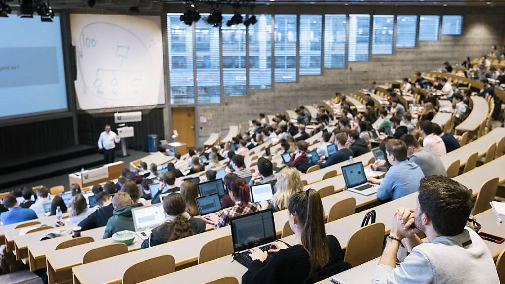 Laut einem Bericht zur demografischen Entwicklung und zur Bildung werden immer mehr Menschen einen Abschluss auf Tertiärstufe vorweisen können. (Symbolbild)