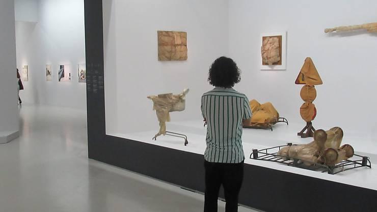 Eine Frau betrachtet Verpackungskunstwerke von Christo im Centre Pompidou in der Ausstellung  «Christo und Jeanne-Claude - Paris!» Foto: Sabine Glaubitz/dpa - ACHTUNG: Nur zur redaktionellen Verwendung im Zusammenhang mit einer Berichterstattung über die Ausstellung und nur mit vollständiger Nennung des vorstehenden Credits