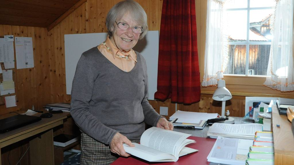 Trudi Schmid hat es geschafft: Mit 77 Jahren hält sie ihre Doktorarbeit in den Händen.