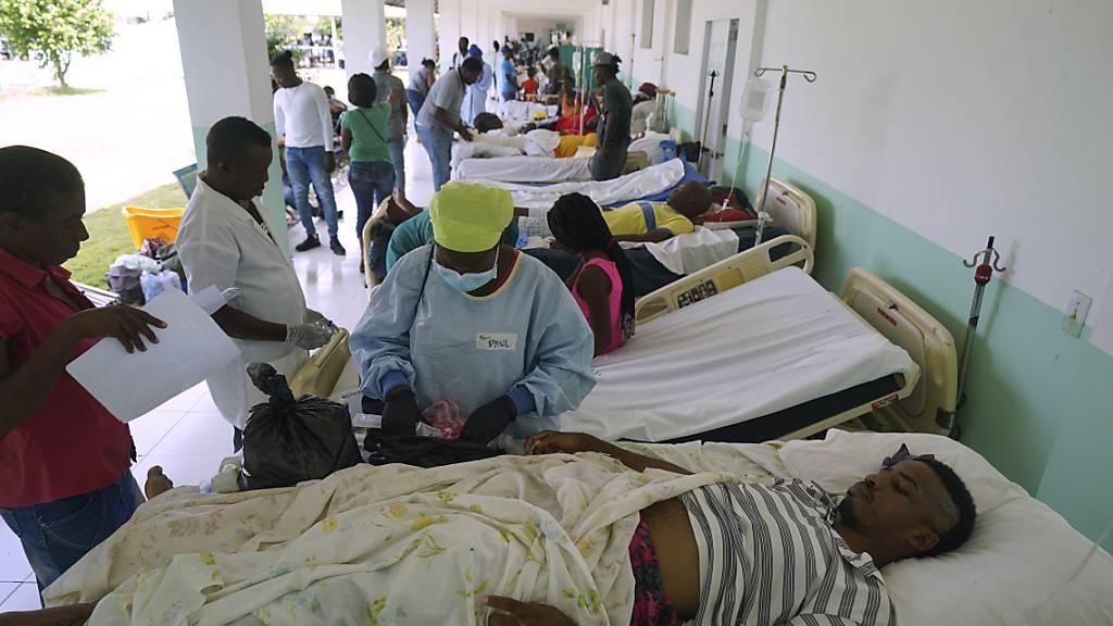 Bei dem Erdbeben verletzte Menschen auf dem Gelände des Ofatma-Krankenhauses, weil einige Innenwände durch das Erdbeben Risse bekommen haben. Foto: Fernando Llano/AP/dpa