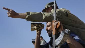 Libysche Rebellen halten Ausschau nach den Truppen von Gaddafi.