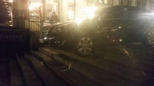 Tourist bleibt mit Auto auf Rathaustreppe hängen