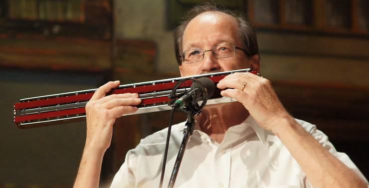 Kurt Bitterli spielt das grösste Instrument