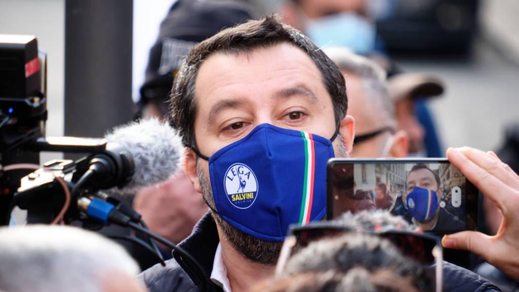 Matteo Salvini, Parteisekretär der Lega Nord, spricht mit Mund-Nasen-Schutz während einer Demonstration zu den Medien. Der Protest der Verbände der Händler und Gastronomen richtet sich gegen die Maßnahmen der Regierung und die fehlende Entschädigung während der Corona-Pandemie. Foto: Mauro Scrobogna/LaPresse via ZUMA Press/dpa