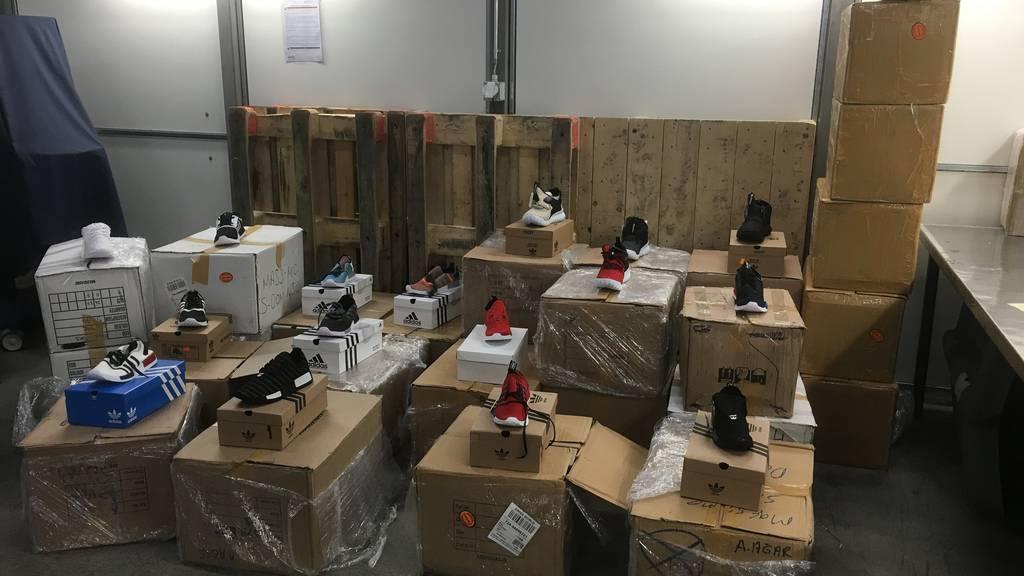 29 Pakete mit rund 310 Kilogramm gefälschten Markenartikeln wurden am Flughafen Zürich sichergestellt.
