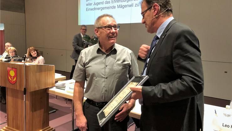 Gemeindeammann Daniel Pfyl (r.) überreicht Johann Ernst Jost die Urkunde.