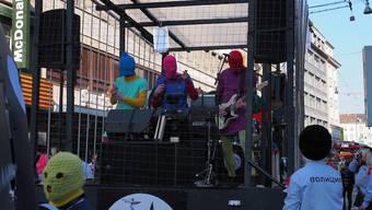 Dem Zug der Basler Bebbi vorneweg wurde ein Käfig gezogen, indem eine fünfköpfige Band klassische Punkrock-Stücke spielte.