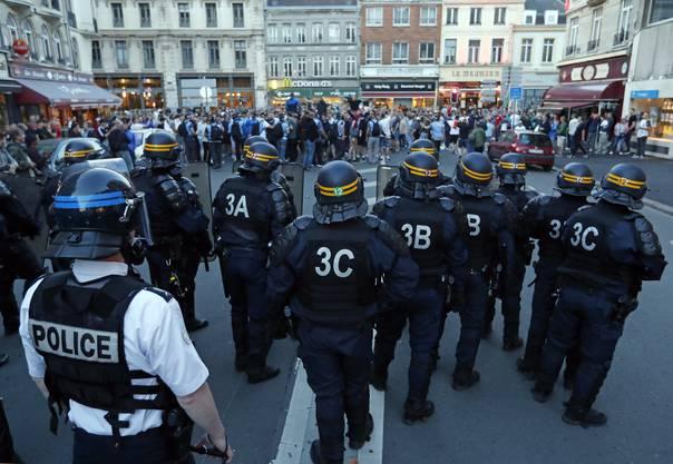 Mit Tränengas und Schlagstöcken ging die Polizei gegen rund 200 Fans vor, von denen ein Teil aus England kam.