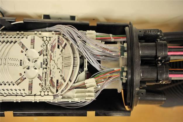 Bei Abzweigungen müssen die Fasern einzeln und punktgenau miteinander verbunden werden.