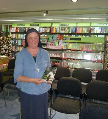 Schwester Benedikta mit ihrem Buch «Licht auf meinem Pfad», das im Oktober 2015 veröffentlicht wurde.
