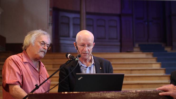 Konzertsaal-Hauswart Toni Dahinden bespricht mit Claude Nicoller die Tücken der Technik