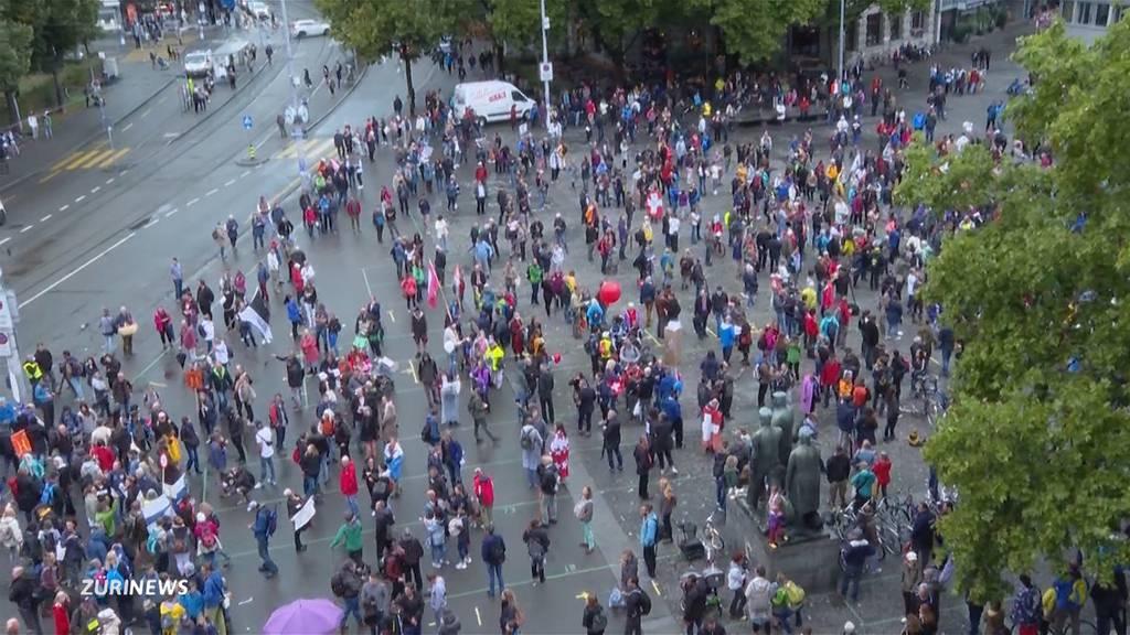 Maskengegner und Polizisten scharen sich auf dem Helevtiaplatz