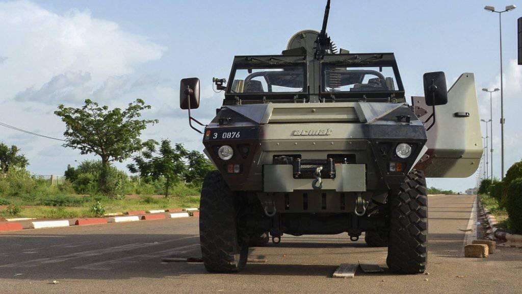 Nach dem Putsch kam es in Ouagadougou zu Protesten. Das Bild zeigt ein verlassenes Panzerfahrzeug in der Stadt.
