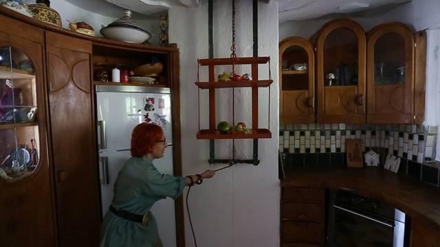 Speziallift: Maria Anna Weber transportiert Früchte von der Küche ins Wohn- und Arbeitszimmer.