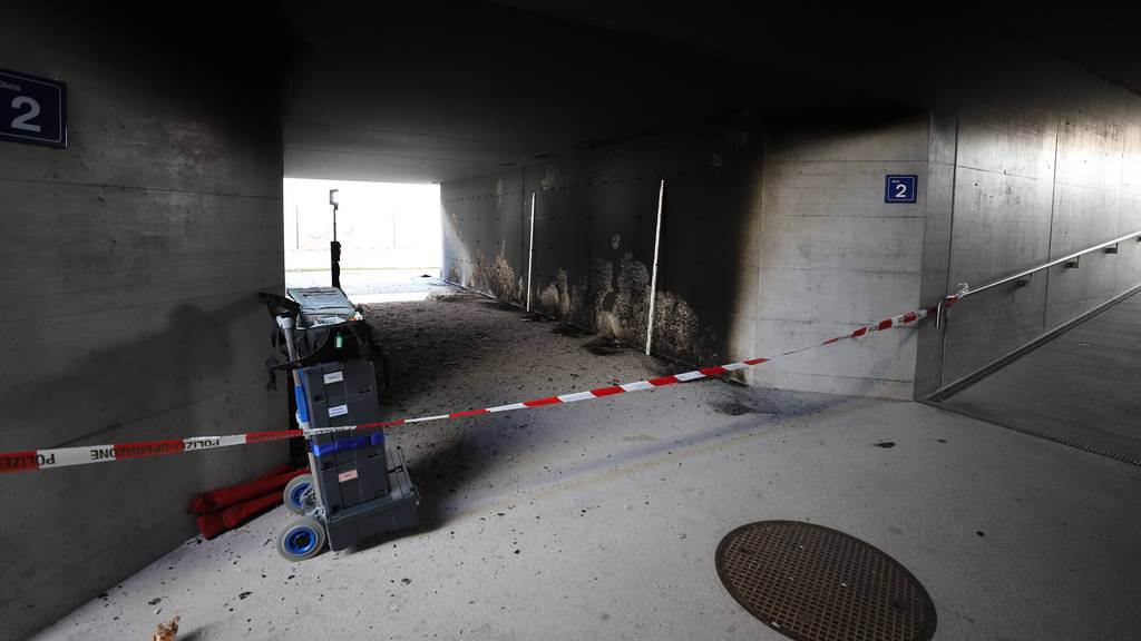 Mit Brandbeschleuniger: Unbekannte legen Feuer in Bahnhofsunterführung