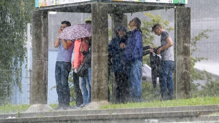 Zuschauer suchen Schutz vor dem Regen