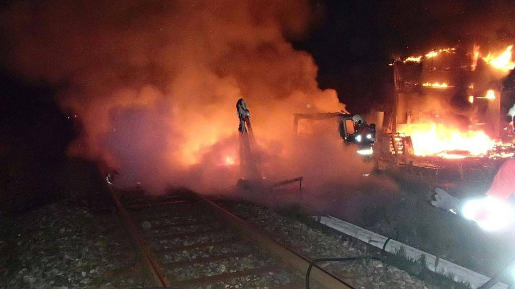 Brand in Gleisnähe: Ein Wohnwagen und ein Wohnmobil fingen Feuer in Kölliken AG. Der Brand beschädigte die Fahrleitungen und den Kabelschacht.