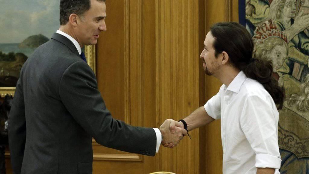 Händeschütteln in Madrid: Pablo Iglesias (r.), Chef der linken Protestpartei Podemos, und König Felipe VI.