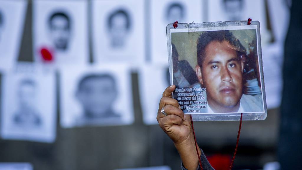 ARCHIV - Bei einem Protest in der mexikanischen Hauptstadt zeigt ein Mann das Bild seines 2009 verschwundenen Sohnes. Foto: Jair Cabrera Torres/dpa