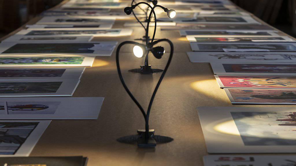 Lange Tische voller grafischer Blätter lassen in der Basler Werkschau den Umfang von Piattis Nachlass erahnen.