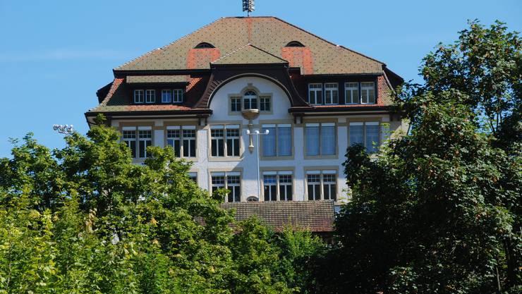 Das 1908 erbaute Schulhaus Rank.